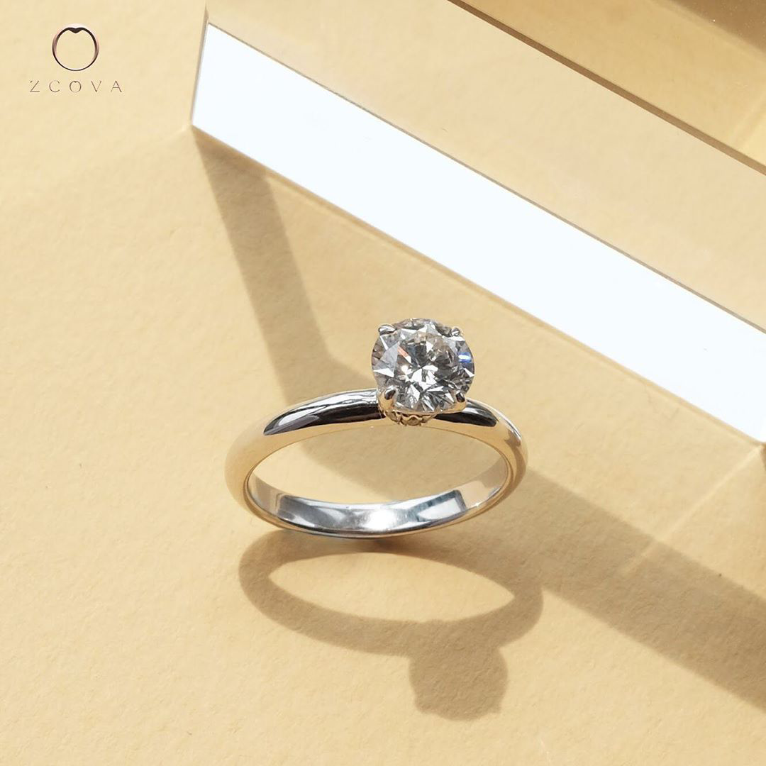 Lia engagement ring with round diamond