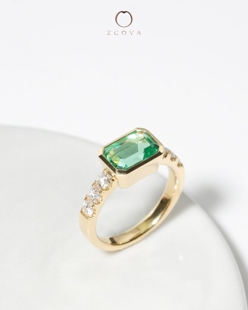 18K yellow gold Green emerald with pave setting